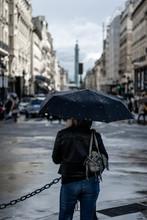 Mujer  Con  Paraguas Bajo La L...