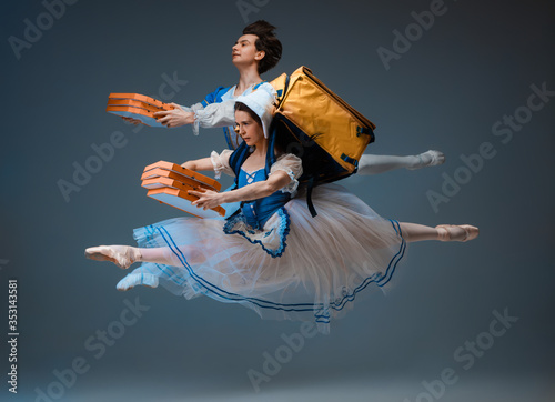 Платно Modern Cinderella and prince hurrying up, deliverying pizza