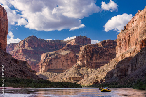 Canvastavla Rafting down the Colorado River through the Grand Canyon in Arizona
