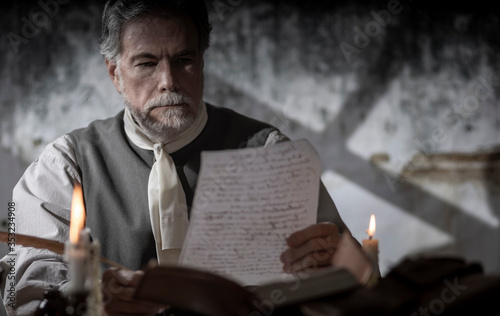Valokuvatapetti colonial man reading a document during the 1776 war