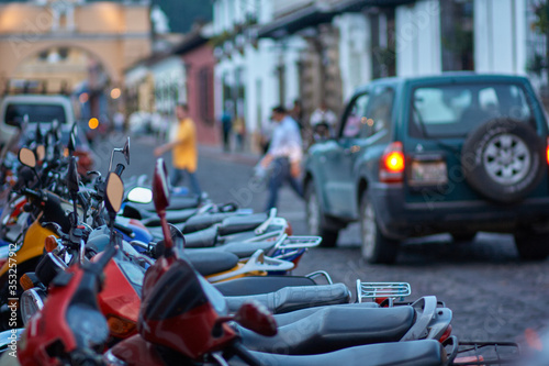 Photo Motorcycles parked in street at sunset