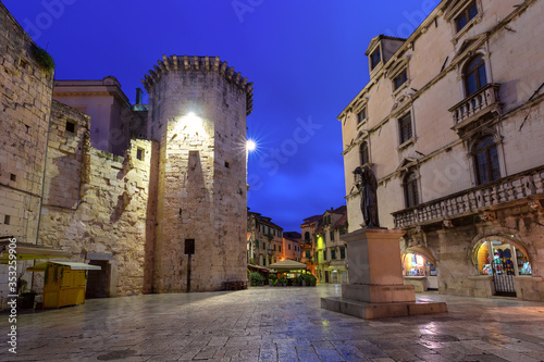 Empty Night Fruit square and Venetian Tower in the Diocletian Palace section of Fototapete