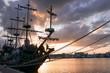 Statek piracki o zachodzie słońca