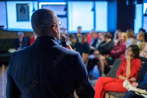 Valokuvatapetti Male presenter speaks to audiences
