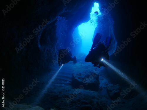 cave diving underwater scuba divers exploring caves ocean scenery Fototapeta