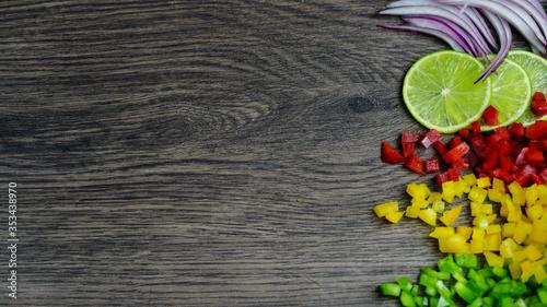 limón, cebolla y pimientos de colores sobre madera Canvas Print