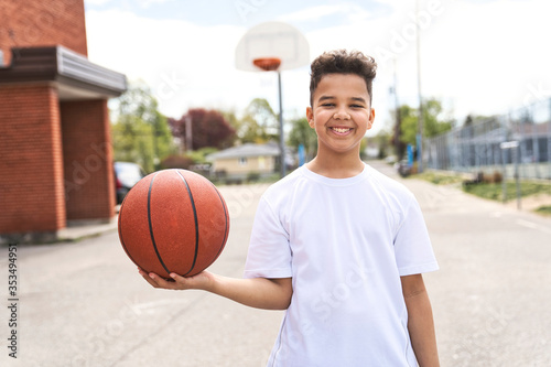 Obraz cute Afro american players playing basketball outdoors - fototapety do salonu