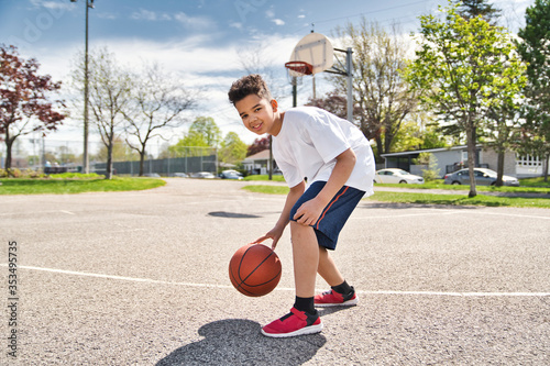 Foto cute Afro american players playing basketball outdoors
