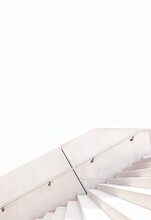 Weiße Treppe Aus Beton Vor Weißem Hintergrund. Einfache Geradlinige Architektur Aus Beton. Sichtbeton Architektur. White Concrete Staircase, White Background. Linear Architecture Made Of Concrete.