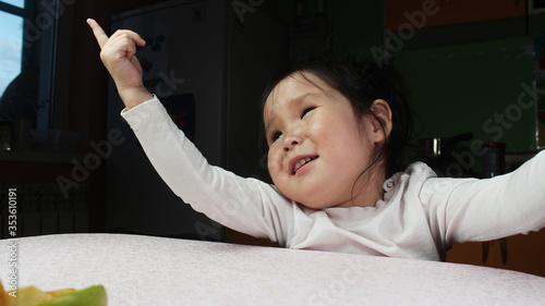 baby pulls a finger up Fototapet