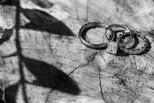 Wedding rings. Shadow from the leaves. Inlaid with diamonds. фототапет