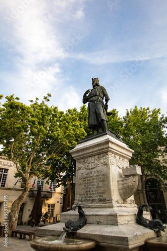 Cuadros en Lienzo Statue de Saint Louis (Louis IX) sur la Place Saint Louis d'Aigues-Mortes (Occit