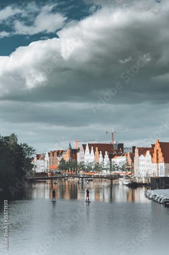 Fototapeta Waterfront z kolorowymi dachami w Lübeck  obraz