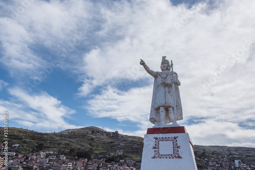 Fototapeta A statue of Manco Capac in Huajsapata Park overlooking the city of Puno in Peru