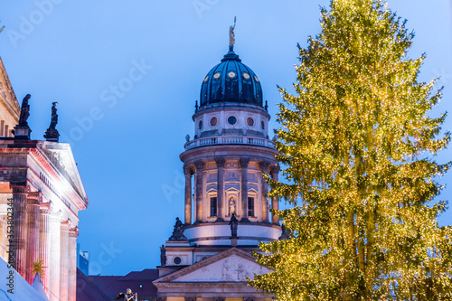 Fotografía Night view of French Cathedral and Christmas market in the Gendarmenmarkt Berlin