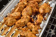 Kawałki Kurczaka W Panierce Na Aluminiowej Tacy Podczas Smażenia Na Grilu.