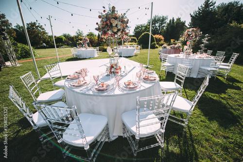 Murais de parede Banquet table on a green lawn