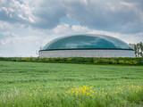 Fototapeta Tęcza - Biogasanlage auf einem Bauernhof