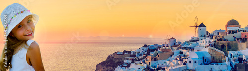 Photo Girl with amazing view with white houses in Oia village on Santorini island in Greece at suset