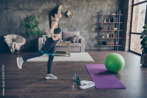 Foto Profile photo of beautiful sportive lady trainer wear sports top pants perfect f