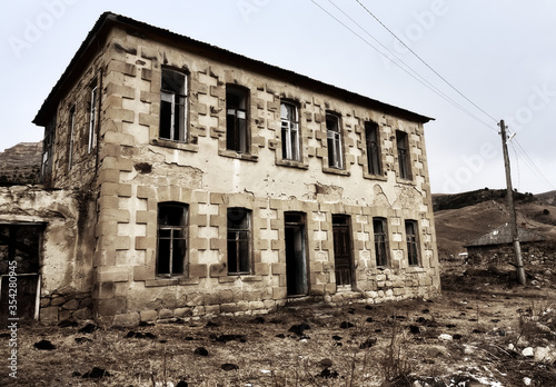 Photo Abandoned house with stucco architraves