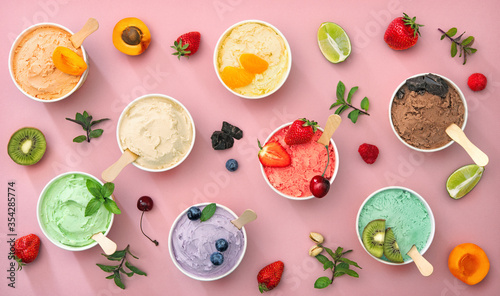 Photographie Various colorful ice cream sorts with fruits in paper cups