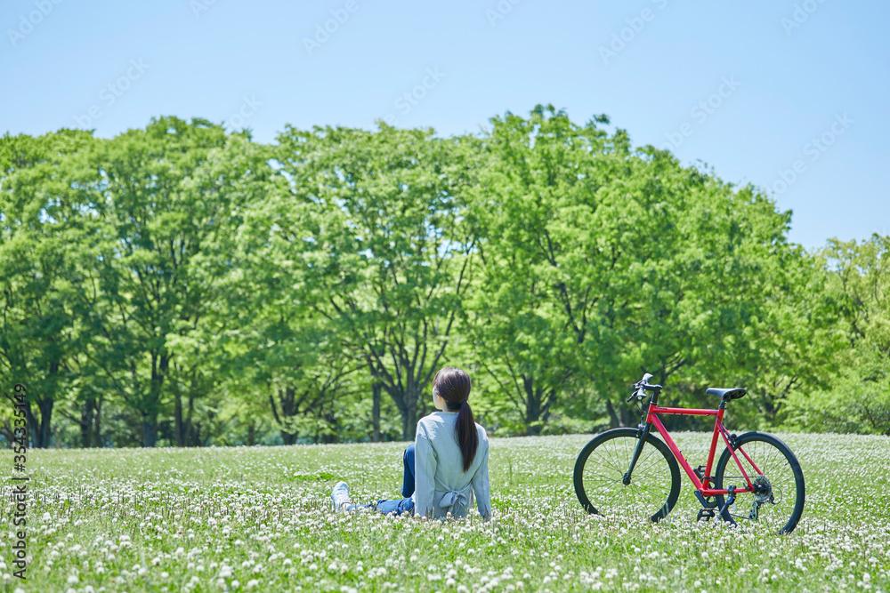 Fototapeta 休日にサイクリングを楽しむ若い女性