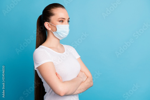 Photo Photo of confident assert lady arms crossed look side empty space interested ser