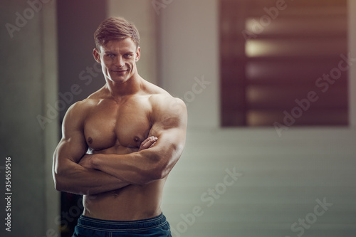 Fotografía Bodybuilder handsome strong athletic rough man pumping up muscles workout fitnes