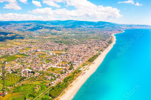 Fototapeta Città di Locri in Calabria, vista aerea in Estate del mare e della costa sabbiosa. obraz