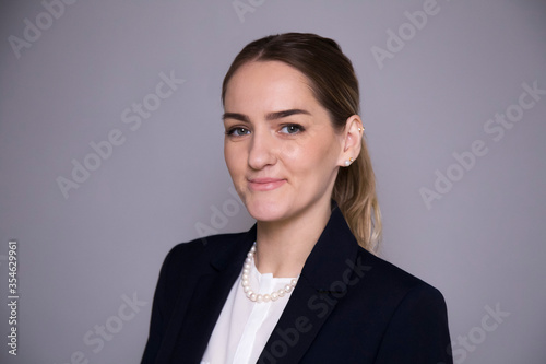 Photo girl flight attendant business aviation in business style on a gray background