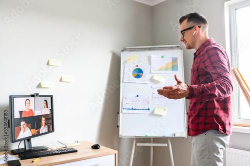 Fotografia Confident young man conducts webinar, business training online