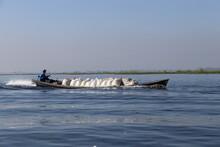 Transport De Marchandises Sur Le Lac Inle, Myanmar