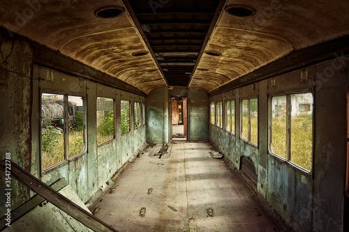 Valokuva interior vagon de tren abandonado invadido por la corrosión