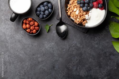 Fotografía Healthy breakfast with granola, yogurt and berries