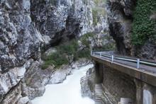 Río Montaña Al Lado De Carretera