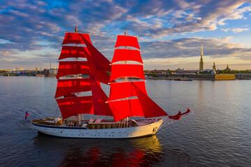 Brod s grimiznim jedrima na Nevi. Jedrilica u centru Sankt Peterburga. Jedrilica na pozadini tvrđave Petra i Pavla. Grimizna jedra. Škuna s jedrima i ruskom zastavom.