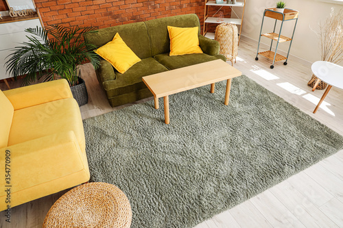 Photo Stylish interior of living room with carpet
