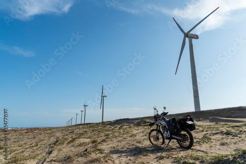 風力発電所とオートバイ