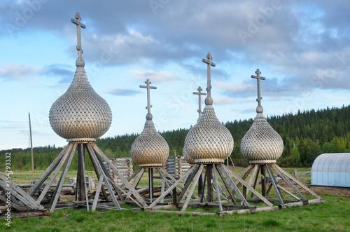 Kola Peninsula, orthodox domes in old Pomeranian village of Varzuga Billede på lærred