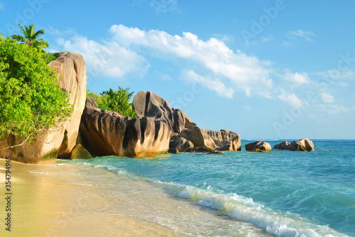 Photo Beatiful beach Anse Source d'Argent with big granite rocks in sunny day