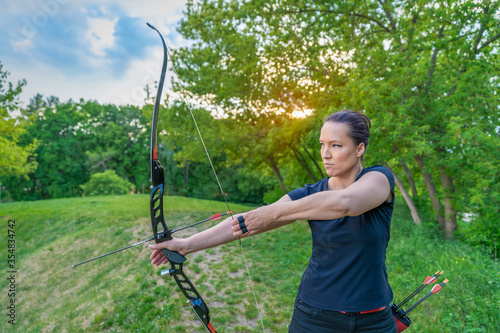 Fényképezés stretching an arrow in a bow during archery in nature