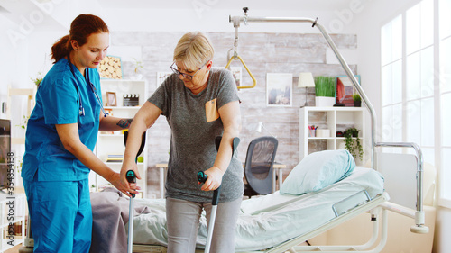 Cuadros en Lienzo Nurse in retirement home helping an elderly woman to recover her muscle strength