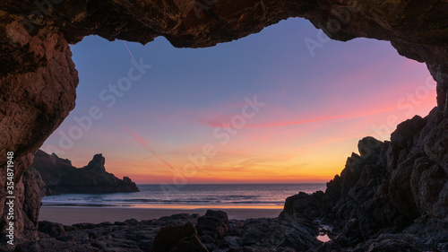 Photo sunset in cave over the sea