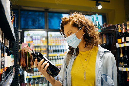 Photo Young woman wearing protective face mask