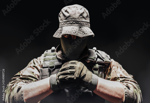 Fotografía Fully equipped soldier in panama hat, armor vest and tactical gloves
