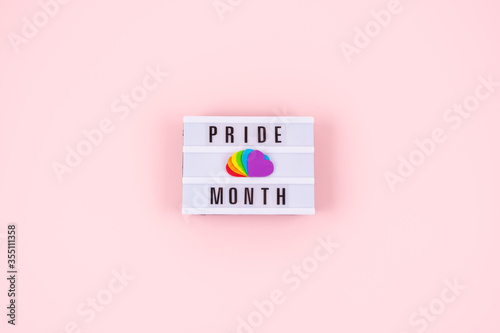 Fotografía Pride month, LGBT flag symbol concept with Six rainbow color hearts on pink back