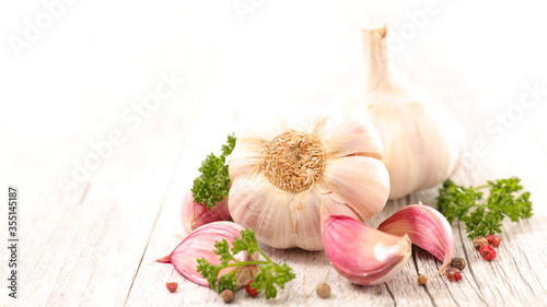 Fototapeta garlic clove and bulbe with herbs obraz