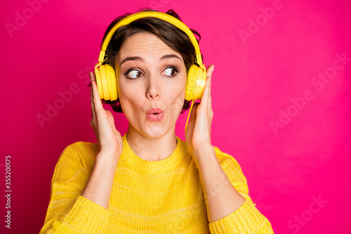 Obraz na plátne Portrait of astonished funny crazy girl have yellow headset listen unbelievable