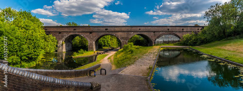 Fotografía A panorama view of the Park Head Viaduct at Dudley, UK in summertime